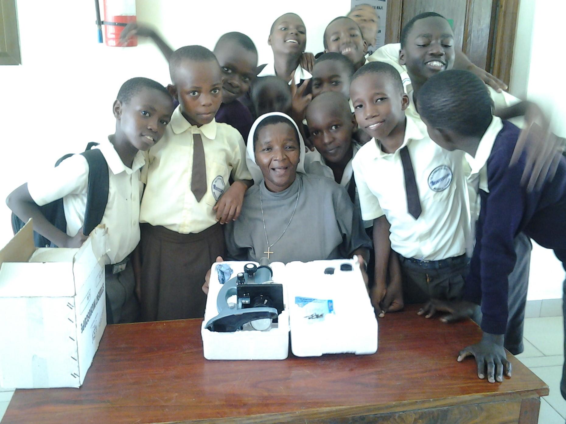 internationales Projekt: Schulprojekt in Tansania: Schwester Veronika mit ihren Schülern in der neuen Schule in Chamazi